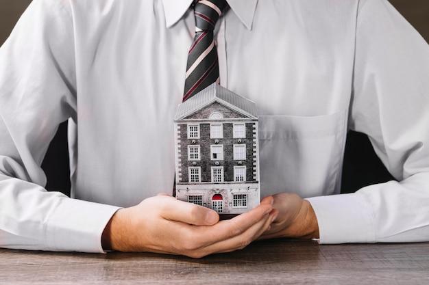 Homem, segurando, miniatura, casa, mãos Foto gratuita