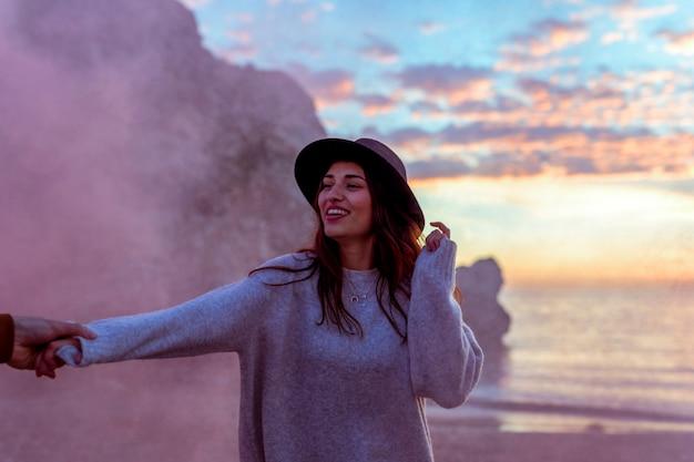 Homem, segurando, mulher, mão, ligado, costa mar Foto gratuita