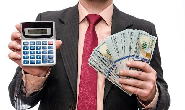Homem segurando notas de dólar americano e calculadora Foto Premium