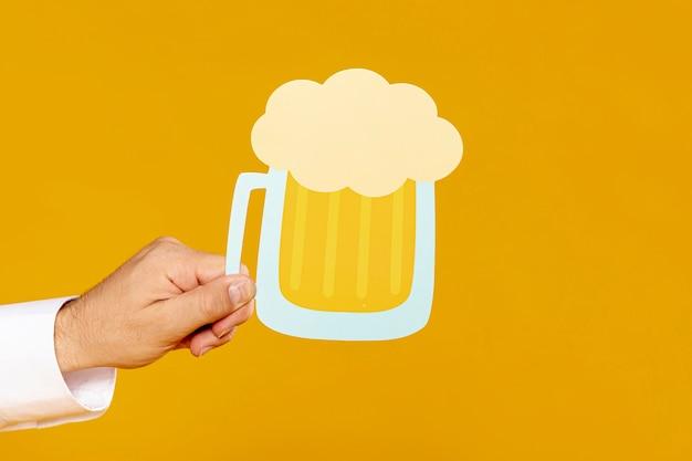 Homem, segurando, pinta cerveja, réplica Foto gratuita