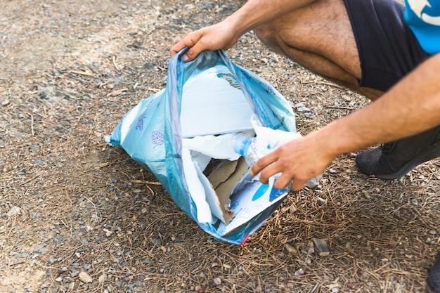 Homem, segurando, plástico, saco lixo Foto gratuita