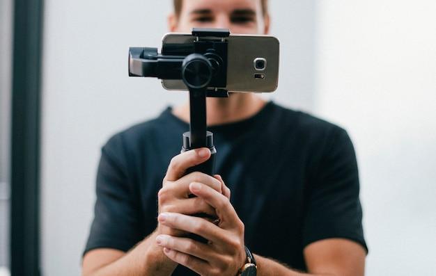 Homem, segurando, um, gimbal, com, um, telefone Foto Premium
