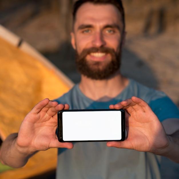 Homem, segurando, um, telefone, em, seu, mãos Foto gratuita