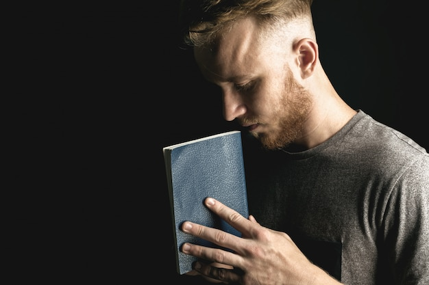 Homem, segurando uma bíblia Foto Premium