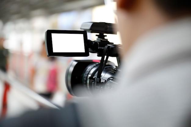 Homem segurando uma câmera de vídeo Foto Premium