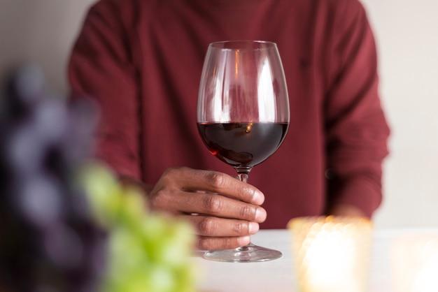 Homem, segurando, vermelho, vidro vinho Foto gratuita