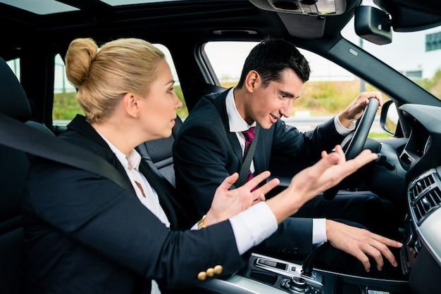 Homem sendo perdido no carro, mulher gritando com ele Foto Premium