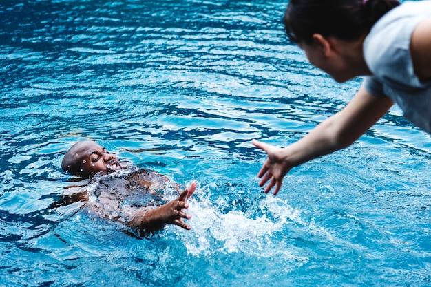 Homem, sendo, resgatado, de, a, água Foto gratuita