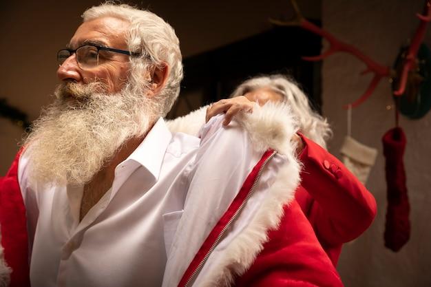 Homem sênior, com, barba, vestir, como, santa Foto gratuita