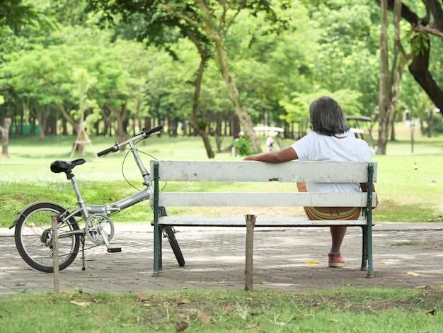 Homem sênior descansar no parque depois de andar de bicicleta Foto Premium