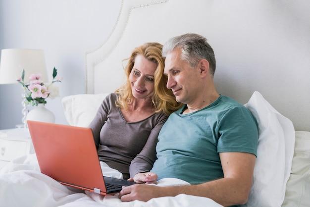 Homem sênior, e, mulher, junto, cama Foto gratuita