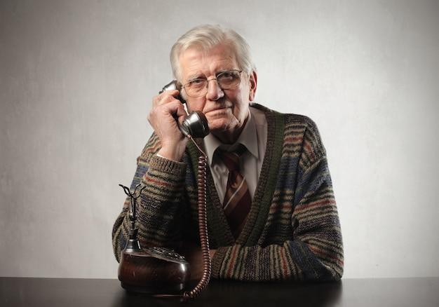 Homem sênior, falando, ligado, um, clássicas, telefone Foto Premium