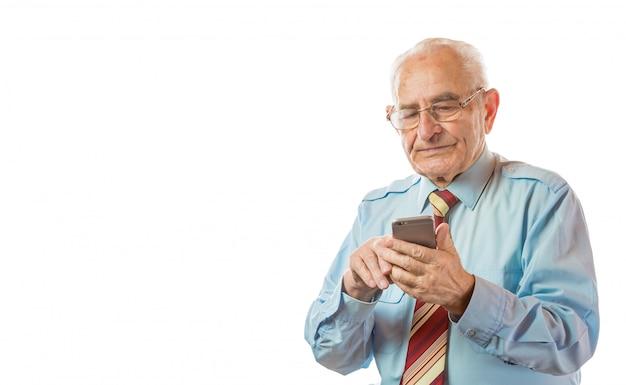 Homem sênior idoso que usa seu telefone móvel isolado no fundo branco. Foto Premium
