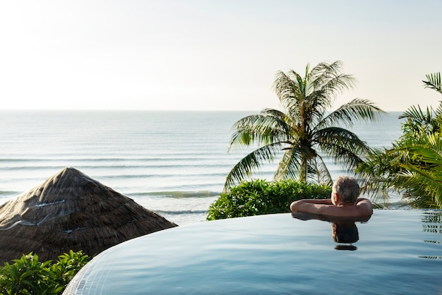 Homem sênior, refrigerar, em, piscina Foto gratuita