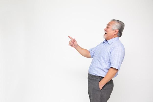 Homem senior sorridente apontando para algo, Foto Premium