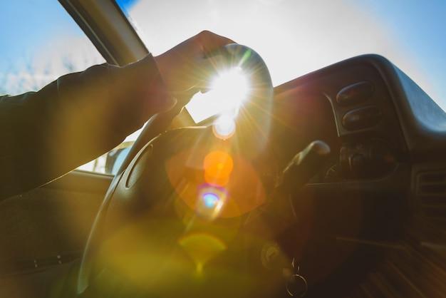 Homem sentado ao volante do seu carro Foto Premium