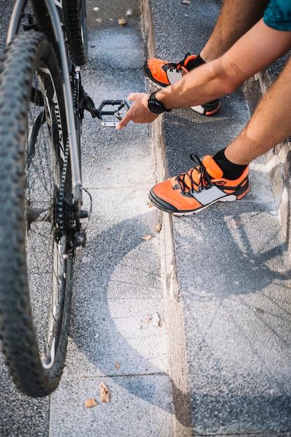 Homem sentado com bicicleta Foto gratuita