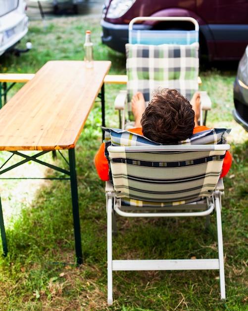 Homem sentado em uma poltrona por trás Foto gratuita