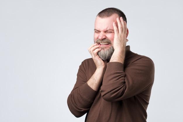 Homem sentindo dor sofrendo de forte dor de dente Foto Premium