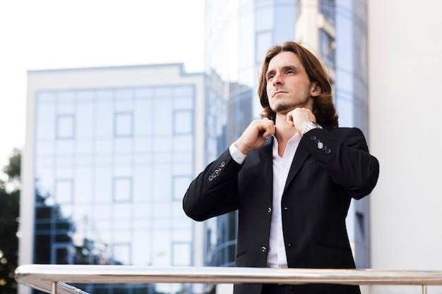 Homem sério, ao ar livre, tiro médio Foto gratuita