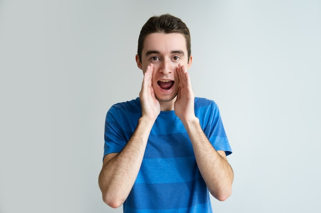 Resultado de imagem para fotos de alguem gritando com as mãos na boca