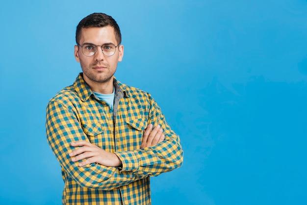 Homem sério, usando óculos com espaço de cópia Foto Premium