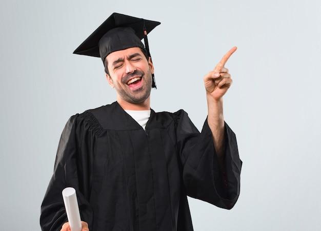 Homem, seu, dia graduação, universidade, desfrute, dançar, enquanto, escutar música, em, um, partido Foto Premium