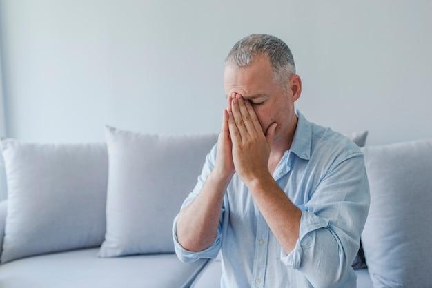 Homem, sofrimento, de, dor de cabeça, vertigem, ressaca, enxaqueca, tensão Foto Premium