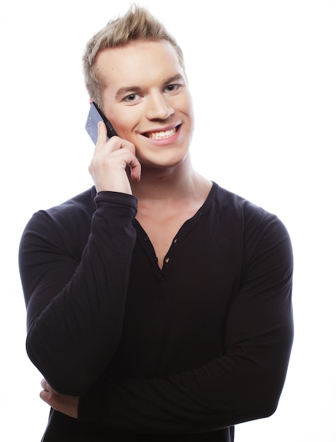 Homem sorridente andando e falando no celular Foto Premium