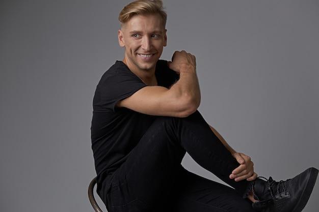 Homem sorridente atraente retrato Foto gratuita