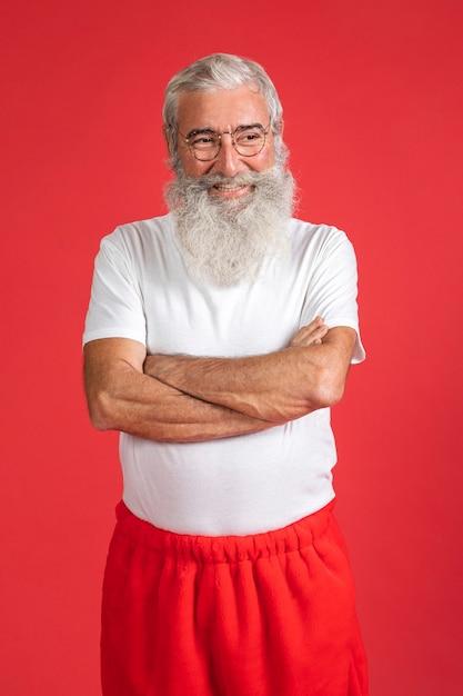 Homem sorridente com calças de papai noel Foto Premium