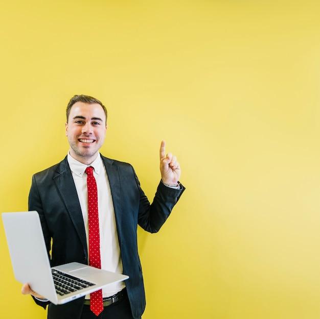 Homem sorridente, com, solução, ligado, amarela Foto gratuita