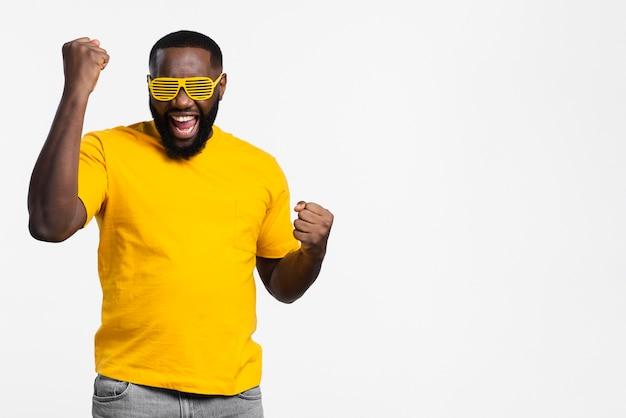 Homem sorridente feliz com cópia-espaço Foto gratuita