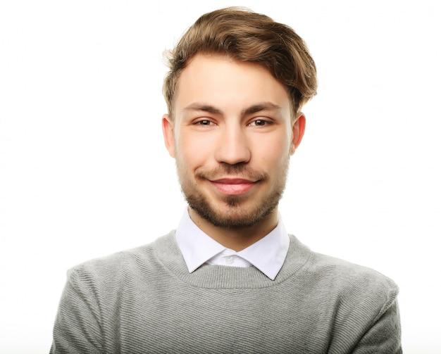 Homem sorridente feliz olhando para a câmera em branco Foto Premium