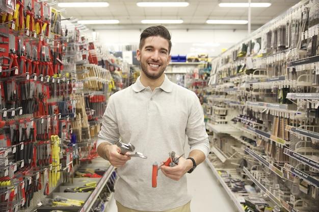 Homem substituindo produtos em uma loja Foto Premium