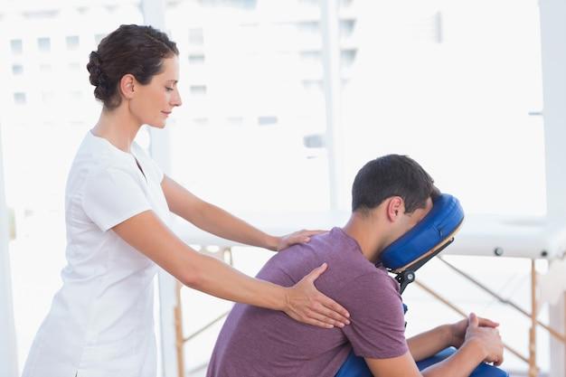 Homem, tendo, costas, massagem Foto Premium