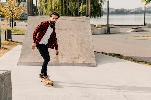 Homem, tendo divertimento, em, a, parque patim Foto gratuita
