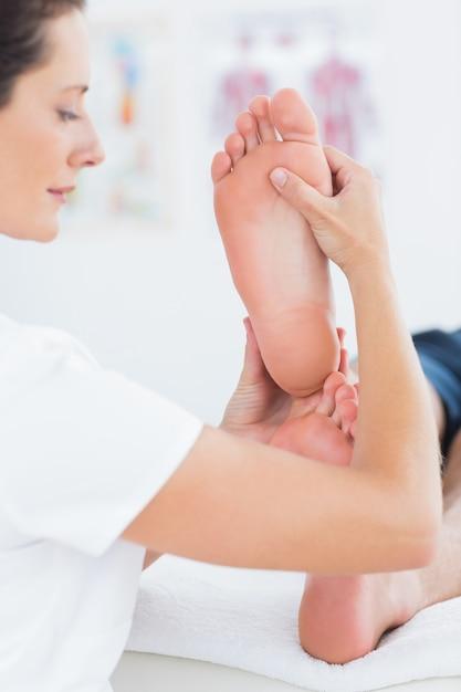 Homem, tendo, pés, massagem Foto Premium