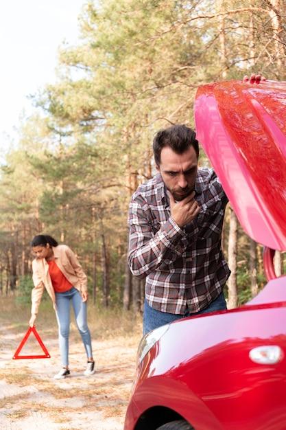 Homem tendo problemas com o carro Foto gratuita