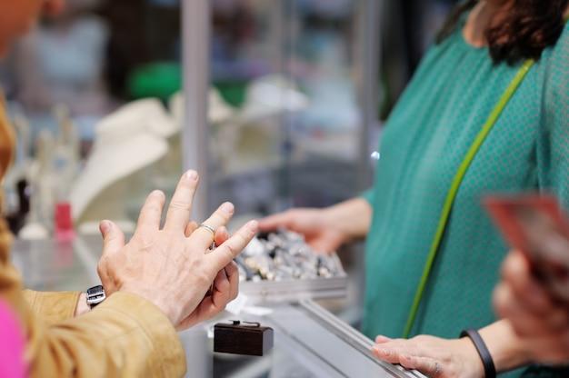 Homem, tentando, alianças, em, um, joalheiro, foco, ligado, anel Foto Premium