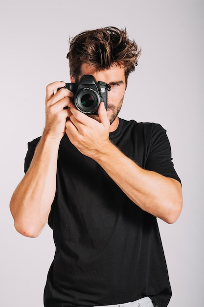 Homem tirando foto Foto gratuita