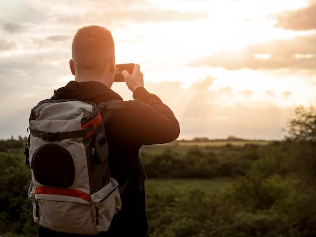 Homem tirando fotos Foto gratuita