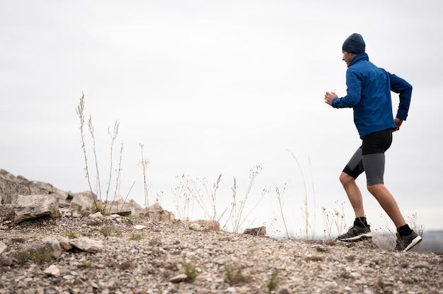 Homem tiro completo correndo na trilha Foto Premium