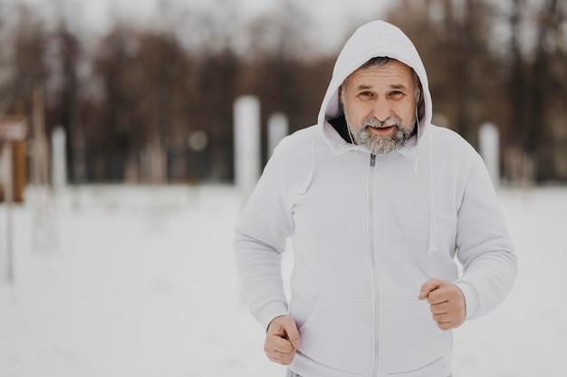 Homem tiro médio correndo para fora Foto gratuita
