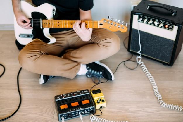 Homem tocando guitarra elétrica no estúdio Foto Premium