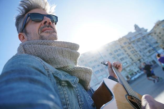 Homem, tocando violão Foto Premium