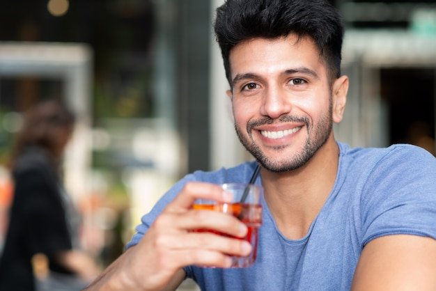 Homem tomando um coquetel Foto Premium