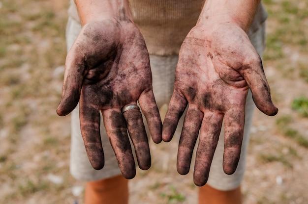 Homem trabalhador com mãos sujas. | Foto Premium