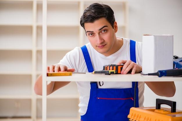 Homem trabalhador reparando montagem estante Foto Premium
