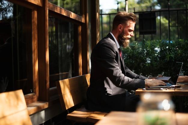 Homem, trabalhando, com, laptop, em, loja café Foto gratuita